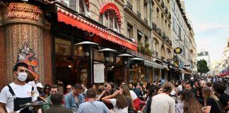 Pessoas celebrando, sem máscaras, em um bar em Paris em 2 de junho de 2020. [Foto: Getty Images]